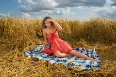 Muchacha hermosa en comida campestre en campo de trigo Foto de archivo libre de regalías