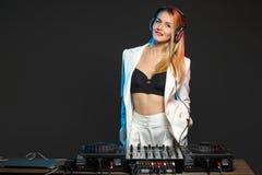Muchacha hermosa en cubiertas - el partido de DJ del blonde imagen de archivo