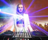 Muchacha hermosa en cubiertas - el partido de DJ del blonde, imagen de archivo