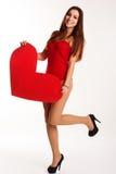 Muchacha hermosa en el bodi que lleva a cabo el corazón de papel rojo grande Fotos de archivo libres de regalías