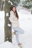 Muchacha hermosa en el bosque del invierno Fotos de archivo