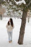 Muchacha hermosa en el bosque del invierno Fotos de archivo libres de regalías
