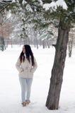 Muchacha hermosa en el bosque del invierno Imagenes de archivo