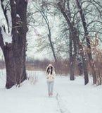 Muchacha hermosa en el bosque del invierno Foto de archivo