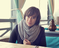 Muchacha hermosa en el café de la calle Imagen de archivo