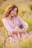 Muchacha hermosa en el campo de la lavanda imagen de archivo libre de regalías