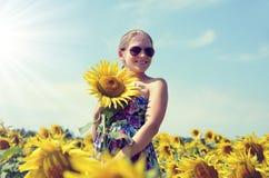 Muchacha hermosa en el campo del girasol fotografía de archivo libre de regalías