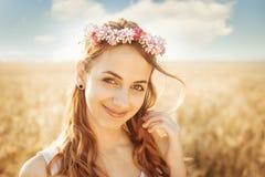 Muchacha hermosa en el campo en luz del sol Fotografía de archivo