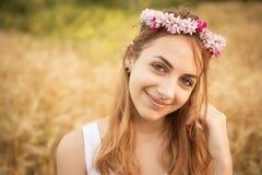 Muchacha hermosa en el campo en luz del sol Fotos de archivo