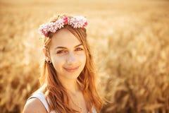 Muchacha hermosa en el campo en luz del sol Foto de archivo