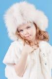 Muchacha hermosa en el casquillo blanco Fotografía de archivo