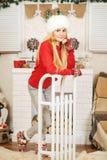 Muchacha hermosa en el cuarto adornado de la Navidad Fotografía de archivo libre de regalías