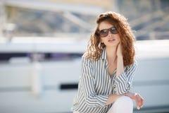 Muchacha hermosa en el embarcadero al lado del club náutico Foto de archivo libre de regalías