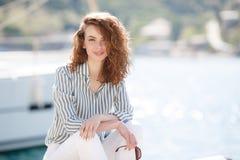 Muchacha hermosa en el embarcadero al lado del club náutico Fotos de archivo libres de regalías