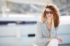Muchacha hermosa en el embarcadero al lado del club náutico Imágenes de archivo libres de regalías