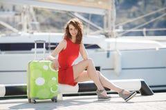 Muchacha hermosa en el embarcadero al lado del club náutico Imagen de archivo