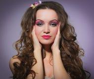 Muchacha hermosa en el estudio de la foto que lleva a cabo las manos cerca de cara, belleza, moda del maquillaje, atractiva Fotos de archivo libres de regalías