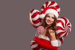 muchacha hermosa en el estudio por el Año Nuevo, la Navidad Imagen de archivo libre de regalías