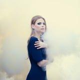 Muchacha hermosa en el humo blanco imagen de archivo