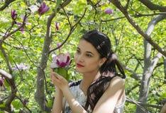 Muchacha hermosa en el jardín Imágenes de archivo libres de regalías