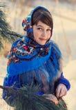 Muchacha hermosa en el mantón popular ruso Fotografía de archivo