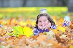 Muchacha hermosa en el otoño Imágenes de archivo libres de regalías