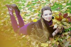 Muchacha hermosa en el parque del otoño Imagen de archivo