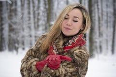 Muchacha hermosa en el parque en invierno, muchacha en un abrigo de pieles Fotografía de archivo libre de regalías