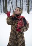 Muchacha hermosa en el parque en invierno, muchacha en un abrigo de pieles Imagen de archivo