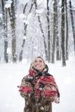 Muchacha hermosa en el parque en invierno, muchacha en un abrigo de pieles Imagen de archivo libre de regalías