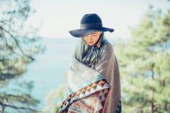 Muchacha hermosa en el poncho al aire libre imagen de archivo libre de regalías