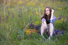 Muchacha hermosa en el prado Imagenes de archivo