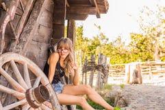 muchacha hermosa en el pueblo viejo Foto de archivo
