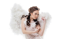 Muchacha hermosa en el traje del ángel que presenta en la cámara Fotografía de archivo