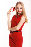 Muchacha hermosa en el vestido rojo de la moda que lleva a cabo corazones Fotos de archivo