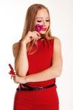 Muchacha hermosa en el vestido rojo que lleva a cabo corazones Foto de archivo libre de regalías