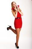 Muchacha hermosa en el vestido rojo que lleva a cabo corazones Fotografía de archivo libre de regalías