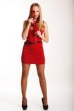 Muchacha hermosa en el vestido rojo que lleva a cabo corazones Fotografía de archivo
