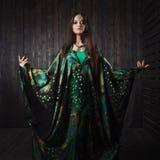 Muchacha hermosa en el vestido verde que baila danza oriental Fotos de archivo