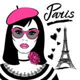 Muchacha hermosa en gafas de sol con la torre de Francia-Eiffel del símbolo libre illustration