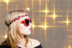 Muchacha hermosa en gafas de sol en forma de corazón en bokeh Fotografía de archivo