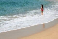 Muchacha hermosa en gafas de sol en la playa Fotografía de archivo