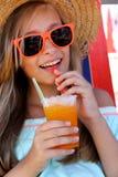 Muchacha hermosa en gafas de sol y aguanieve en la playa Fotos de archivo libres de regalías