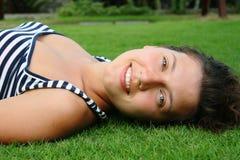 Muchacha hermosa en hierba Fotos de archivo libres de regalías