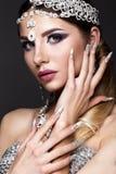 Muchacha hermosa en imagen de la novia árabe con joyería costosa, maquillaje oriental y la manicura nupcial Cara de la belleza Fotos de archivo libres de regalías