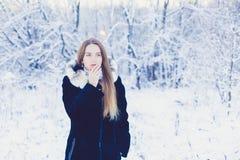 Muchacha hermosa en invierno Fotos de archivo libres de regalías