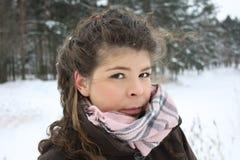 Muchacha hermosa en invierno de la helada Imagenes de archivo