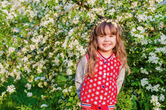 Muchacha hermosa en jardín floreciente Imagen de archivo libre de regalías