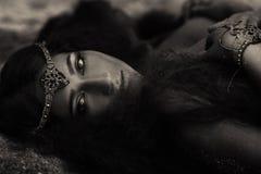 Muchacha hermosa en joyería étnica fotografía de archivo