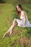 Muchacha hermosa en la alineada blanca en el shooting al aire libre Fotografía de archivo libre de regalías
